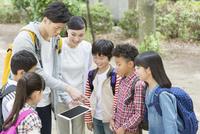 タブレットPCを見る小学生と先生 07800058525| 写真素材・ストックフォト・画像・イラスト素材|アマナイメージズ