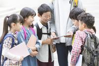タブレットPCを見る小学生と先生 07800058530| 写真素材・ストックフォト・画像・イラスト素材|アマナイメージズ