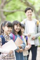 課外学習中の小学生と先生 07800058533| 写真素材・ストックフォト・画像・イラスト素材|アマナイメージズ