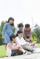 タブレットPCを見る小学生と先生 07800058535| 写真素材・ストックフォト・画像・イラスト素材|アマナイメージズ