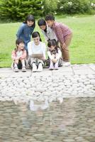 タブレットPCを見る小学生と先生 07800058536| 写真素材・ストックフォト・画像・イラスト素材|アマナイメージズ