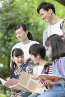 課外学習中の小学生と先生 07800058539| 写真素材・ストックフォト・画像・イラスト素材|アマナイメージズ