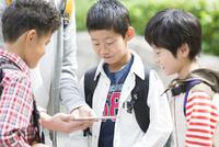 タブレットPCを見る小学生と先生 07800058543| 写真素材・ストックフォト・画像・イラスト素材|アマナイメージズ