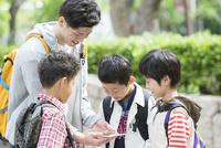 タブレットPCを見る小学生と先生 07800058545| 写真素材・ストックフォト・画像・イラスト素材|アマナイメージズ