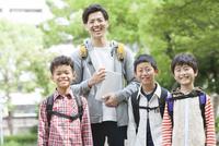 課外学習中の小学生と先生 07800058546| 写真素材・ストックフォト・画像・イラスト素材|アマナイメージズ