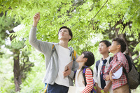 課外学習中の小学生と先生 07800058552| 写真素材・ストックフォト・画像・イラスト素材|アマナイメージズ