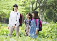 課外学習中の小学生と先生 07800058554| 写真素材・ストックフォト・画像・イラスト素材|アマナイメージズ