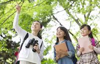 課外学習中の小学生と先生 07800058556| 写真素材・ストックフォト・画像・イラスト素材|アマナイメージズ