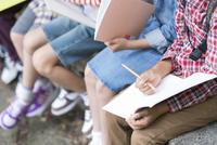 課外学習中の小学生の手元 07800058558| 写真素材・ストックフォト・画像・イラスト素材|アマナイメージズ