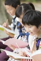 課外学習中の小学生 07800058560| 写真素材・ストックフォト・画像・イラスト素材|アマナイメージズ
