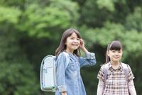 笑顔の小学生2人 07800058561| 写真素材・ストックフォト・画像・イラスト素材|アマナイメージズ