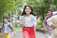 登下校中の小学生 07800058569| 写真素材・ストックフォト・画像・イラスト素材|アマナイメージズ