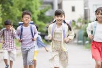 登下校中の小学生 07800058572| 写真素材・ストックフォト・画像・イラスト素材|アマナイメージズ