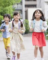 登下校中の小学生 07800058573| 写真素材・ストックフォト・画像・イラスト素材|アマナイメージズ