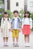 笑顔の小学生3人 07800058574| 写真素材・ストックフォト・画像・イラスト素材|アマナイメージズ