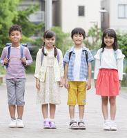 笑顔の小学生4人 07800058575| 写真素材・ストックフォト・画像・イラスト素材|アマナイメージズ