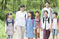 課外学習中の小学生と先生 07800058578| 写真素材・ストックフォト・画像・イラスト素材|アマナイメージズ