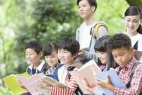 課外学習中の小学生と先生 07800058580| 写真素材・ストックフォト・画像・イラスト素材|アマナイメージズ
