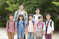 笑顔の小学生と先生 07800058583| 写真素材・ストックフォト・画像・イラスト素材|アマナイメージズ