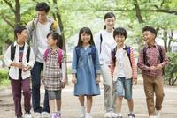 課外学習中の小学生と先生 07800058585| 写真素材・ストックフォト・画像・イラスト素材|アマナイメージズ