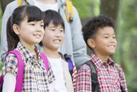 課外学習中の小学生と先生 07800058588| 写真素材・ストックフォト・画像・イラスト素材|アマナイメージズ