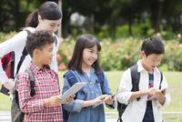 タブレットPCを見る小学生と先生 07800058591| 写真素材・ストックフォト・画像・イラスト素材|アマナイメージズ