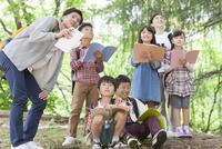 課外学習中の小学生と先生 07800058593| 写真素材・ストックフォト・画像・イラスト素材|アマナイメージズ