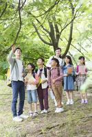 課外学習中の小学生と先生 07800058594| 写真素材・ストックフォト・画像・イラスト素材|アマナイメージズ