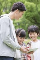 タブレットPCを見る小学生と先生 07800058598| 写真素材・ストックフォト・画像・イラスト素材|アマナイメージズ