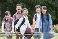 笑顔の小学生5人 07800058600| 写真素材・ストックフォト・画像・イラスト素材|アマナイメージズ