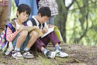 課外学習中の小学生 07800058602| 写真素材・ストックフォト・画像・イラスト素材|アマナイメージズ