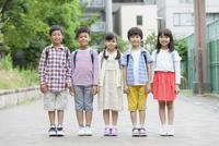 笑顔の小学生5人 07800058605| 写真素材・ストックフォト・画像・イラスト素材|アマナイメージズ