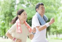 ランニングする中高年夫婦 07800058615| 写真素材・ストックフォト・画像・イラスト素材|アマナイメージズ