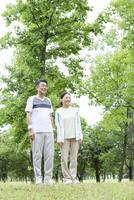 トレーニングウェアを着ている中高年夫婦 07800058619| 写真素材・ストックフォト・画像・イラスト素材|アマナイメージズ