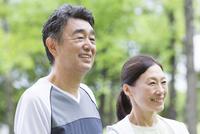 トレーニングウェアを着ている中高年夫婦 07800058620| 写真素材・ストックフォト・画像・イラスト素材|アマナイメージズ