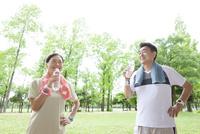水分補給する中高年夫婦 07800058621| 写真素材・ストックフォト・画像・イラスト素材|アマナイメージズ