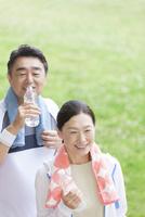 ペットボトルを持っている中高年夫婦 07800058624| 写真素材・ストックフォト・画像・イラスト素材|アマナイメージズ