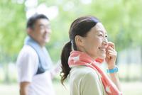 トレーニングウェアを着ている中高年夫婦 07800058626| 写真素材・ストックフォト・画像・イラスト素材|アマナイメージズ