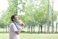 水分補給する男性 07800058628  写真素材・ストックフォト・画像・イラスト素材 アマナイメージズ