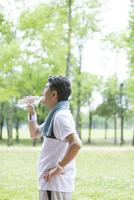 水分補給する男性 07800058629  写真素材・ストックフォト・画像・イラスト素材 アマナイメージズ
