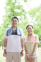 トレーニングウェアを着ている中高年夫婦 07800058640| 写真素材・ストックフォト・画像・イラスト素材|アマナイメージズ