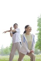 ストレッチする中高年夫婦 07800058641| 写真素材・ストックフォト・画像・イラスト素材|アマナイメージズ