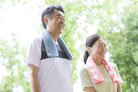 トレーニングウェアを着ている中高年夫婦 07800058642| 写真素材・ストックフォト・画像・イラスト素材|アマナイメージズ