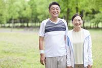 トレーニングウェアを着ている中高年夫婦 07800058644| 写真素材・ストックフォト・画像・イラスト素材|アマナイメージズ