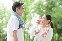 会話する中高年夫婦 07800058646| 写真素材・ストックフォト・画像・イラスト素材|アマナイメージズ