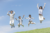 ジャンプしている4人家族 07800058657| 写真素材・ストックフォト・画像・イラスト素材|アマナイメージズ