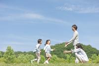 両親のところまで走る兄妹 07800058660| 写真素材・ストックフォト・画像・イラスト素材|アマナイメージズ