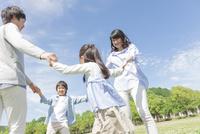 手を繋いで輪になる4人家族 07800058675| 写真素材・ストックフォト・画像・イラスト素材|アマナイメージズ