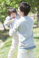 父親に抱っこしてもらう男の子 07800058679| 写真素材・ストックフォト・画像・イラスト素材|アマナイメージズ