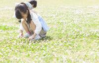 芝生でしゃがんでいる兄妹 07800058680| 写真素材・ストックフォト・画像・イラスト素材|アマナイメージズ